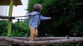 Мальчик идя на спортивную площадку акции видеоматериалы