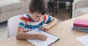 Мальчик изучая крепко делать его домашнюю работу акции видеоматериалы
