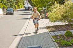 Мальчик имеет потеху scating на paveway стоковое фото rf