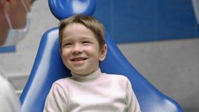 Мальчик имея его зубы быть расмотренным дантистом Стоковое Изображение