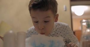 Мальчик имея потеху с дымом белизны жидкого азота видеоматериал