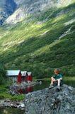 мальчик имея hiking остальные стоковые фото