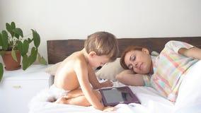 Мальчик использует сон таблетки и матери интернета акции видеоматериалы