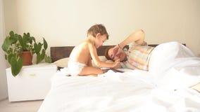 Мальчик использует сон таблетки и матери интернета видеоматериал