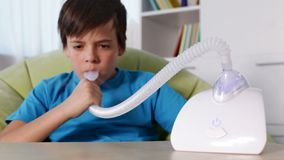 Мальчик используя ингалятор nebulizer с мундштуком сток-видео