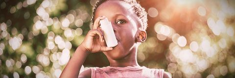 Мальчик используя inhalator астмы стоковые фотографии rf