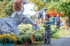 Мальчик испуганный клоуна стоковая фотография rf