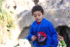 Мальчик испуганный от животного Стоковые Изображения