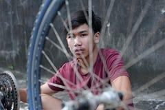 Мальчик и автошина велосипеда стоковая фотография