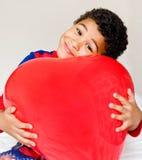 Мальчик и большое сердце стоковые изображения rf