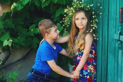 Мальчик и девушка держат руки, приятельство детей Стоковое Изображение