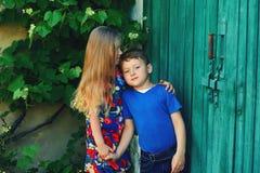 Мальчик и девушка держат руки, приятельство детей Стоковая Фотография RF