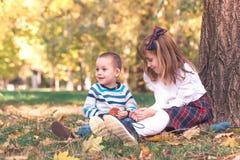Мальчик и девушка играть внешний стоковые фото