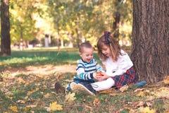 Мальчик и девушка играют снаружи стоковое фото rf