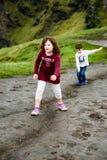 Мальчик и девушка идя вверх по скалам туристической достопримечательности Moher в Ирландии Стоковая Фотография