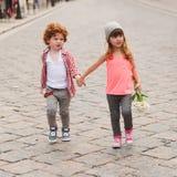 Мальчик и девушка идя на улицу стоковые изображения rf