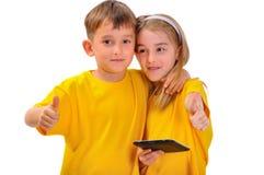 Мальчик и девушка любят e-книга Стоковые Фотографии RF