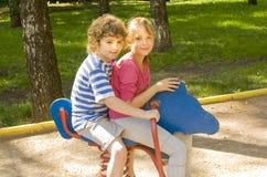 Мальчик и девушка на качании Стоковая Фотография RF