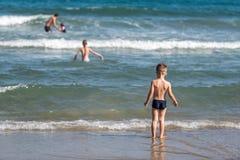 Мальчик и девушка на пляже стоковое изображение rf