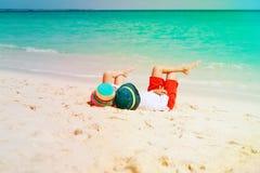 Мальчик и девушка ослабляют на тропическом пляже Стоковая Фотография RF