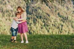 Мальчик и девушка отдыхая в горах Стоковые Изображения RF