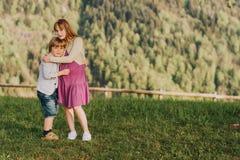 Мальчик и девушка отдыхая в горах Стоковые Изображения