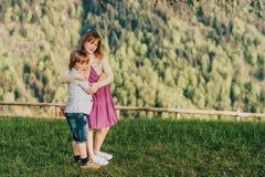 Мальчик и девушка отдыхая в горах Стоковая Фотография RF