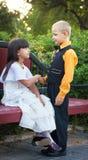 Мальчик и девушка сидят Стоковое фото RF