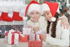 Мальчик и девушка с подарками Стоковые Изображения RF