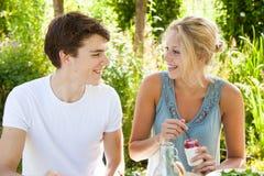 Мальчик и девушка outdoors Стоковые Фотографии RF