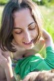 Мальчик и его мать лежат в луге Стоковая Фотография RF