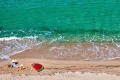 Мальчик и его мать на пляже с раздувным поплавком стоковые фото