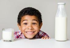 Мальчик и здоровая еда стоковая фотография