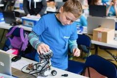 Мальчик и маленький робот Стоковые Изображения