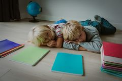 Мальчик и пробуренная девушка уставшими усилили делать домашнюю работу стоковые фото