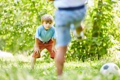 Мальчик как голкипер ждет съемку на цели стоковое фото rf