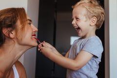 Мальчик кладя на состав к ее матери Стоковое фото RF