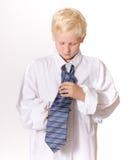 мальчик концентрируя связывать галстука s людей Стоковое Изображение RF