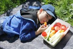Мальчик лежа на половике стоковое фото