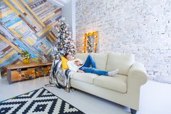 Мальчик 10 лет на кресле читая книгу рождества Концепция праздника Xmas Стоковая Фотография