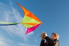 Мальчик 10 лет со змеем против неба Яркий солнечный день Полет стоковое фото