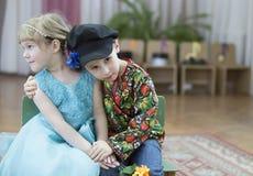 Мальчик любит маленькую девочку Стоковые Изображения