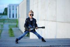 Мальчик любит рок-звезда играя музыку на электрической гитаре Стоковое Изображение