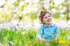 Мальчик маленького ребенка с ушами зайчика пасхи, outdoors Стоковое Изображение
