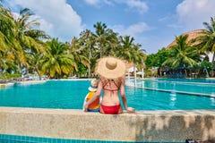 Мальчик малыша в бассейне курорта с матерью стоковые изображения rf