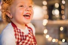 Мальчик малыша в кухне на времени рождества стоковое изображение