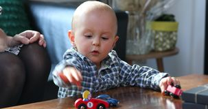 Мальчик малыша играя с автомобилями игрушки видеоматериал