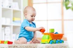 Мальчик малыша младенца играя с автомобилем игрушки Стоковое фото RF