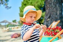 Мальчик малыша на пляже стоковые изображения rf