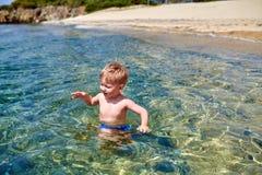 Мальчик малыша на пляже стоковые фотографии rf